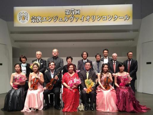 Francisco García Fullana, tercero por la izquierda, en Japón con el Stradivarius.