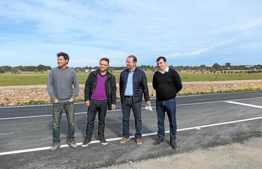 El presidente Jaume Ferrer (segundo por la derecha) en la carretera de Es Cap, que une Sant Francesc y el cruce de Cala Saona.