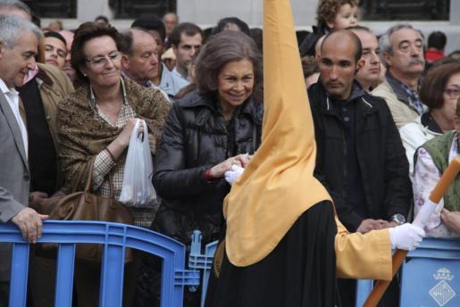 La reina Sofía recibió la atención de numerosos cofrades.