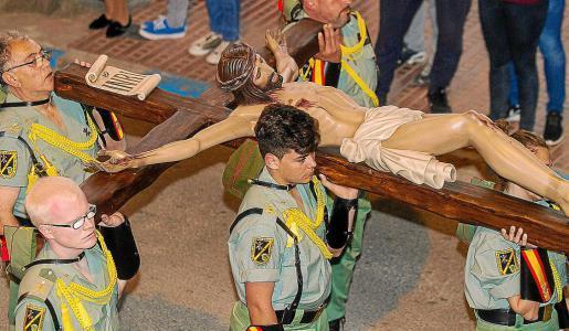 El Cristo de la Buena Muerte realizó por primera vez su salida a la calle en un desfile procesional.