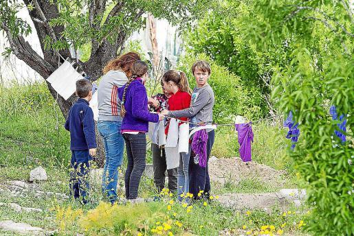 Los alumnos del taller de arqueología experimental aprovechan estos días de asueto escolar para ampliar sus conocimientos sobre la historia de forma amena y divertida.