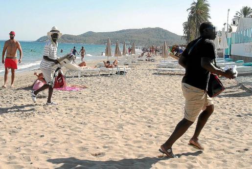 La presencia de vendedores ambulantes se ha vuelto una imagen habitual en las playas pitiusas durante los últimos años.
