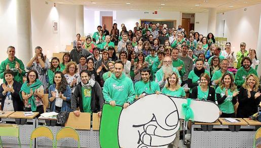 La Assemblea de Docents, que está difundiendo la campaña #pensahi se hizo esta foto con el dedo índice enlazado que simboliza la lucha contra el olvido.