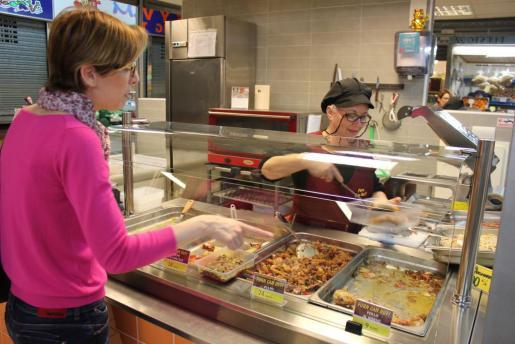 Personas de índole diversa optan por la comodidad de comprar platos preparados. Foto: D.M.