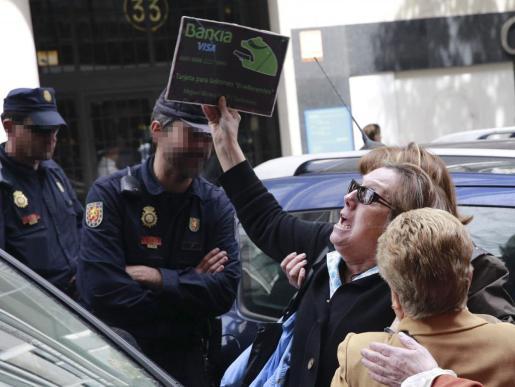 Un grupo de preferentistas se ha manifestado la mañana de este martes frente a la casa del ex vicepresidente del Gobierno Rodrigo Rato, al que han increpado con gritos e insultos cuando salía para dirigirse a su despacho, situado en los aledaños, como a su regreso.