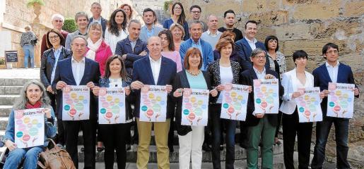 La candidatura socialista al Parlament por Mallorca. Martí March (segundo por la izquierda, fila inferior) ha coordinado el programa educativo.