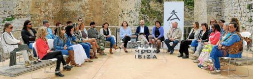 La presentación tuvo lugar en el baluard de Sant Pere y contó con la presencia de todos los diseñadores participantes, de la alcaldesa de Vila, Virginia Marí, y su concejala de Cultura, Lina Sansano. Foto: SERGIO CAÑIZARES