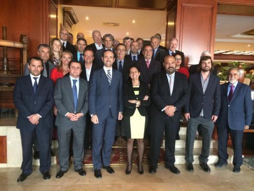Bauzá y Martínez con Vázquez, De Benito y el resto de representantes de las asociaciones integradas en la patronal hotelera.