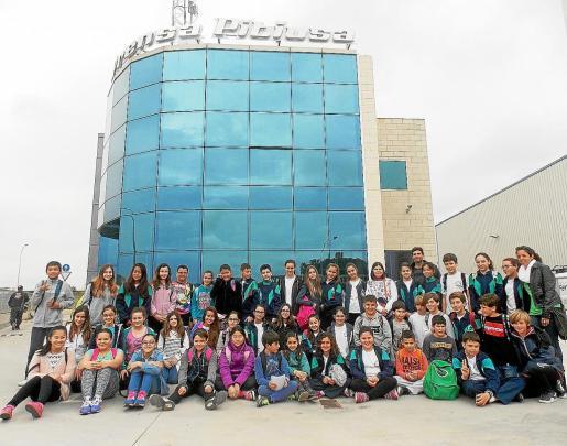 ¡Los 48 estudiantes que participaron en la visita a las instalaciones del Grupo Prensa Pitiusa se hicieron esta foto de grupo junto a sus profesores en la entrada del edificio.
