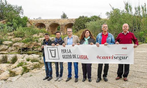 Los candidatos socialistas, ayer, ante el puente viejo del río de Santa Eulària.