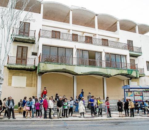 El edificio, en cuya entrada se ubica una parada de autobuses, está abandonado desde finales de los 90.