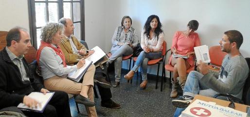Imagen de la reunión mantenida entre la candidata del PP de Sant Josep, Neus Marí, con los representantes de la Estación Náutica.