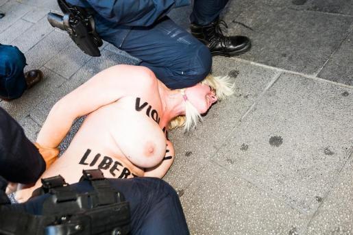 La joven ha sido reducida y detenida por la Policía.