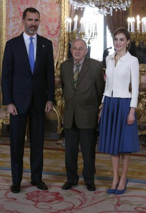 Los Reyes Felipe y Letizia, junto al último Premio Cervantes, Juan Goytisolo (c), momentos antes del almuerzo con destacados representantes del mundo de la cultura congregados este miércoles en el Palacio Real .