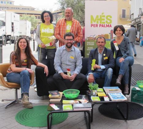 Biel Barceló junto a otros miembros de MÉS durante la celebración de Sant Jordi en Palma.