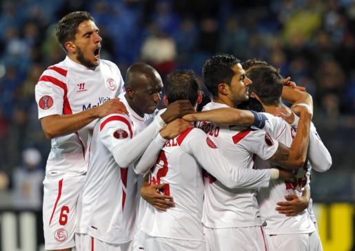 Los jugadores del Sevilla FC celebran el tanto de su compañero, el delantero colombiano Carlos Bacca ante el Zenit de San Petersburgo en el partido de vuelta de los cuartos de final de la Liga Europa disputados en el estadio Petrovsky en San Petersburgo.