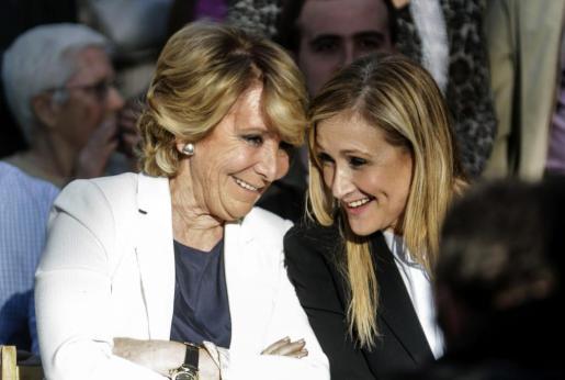 Esperanza Aguirre y Cristina Cifuentes conversan durante un acto de precampaña en el distrito de Villaverde de Madrid.
