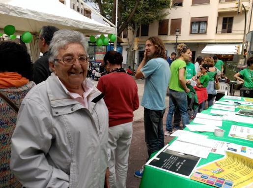 Carmen Tur, candidata del PI-Eivissa al Parlament balear, esta mañana en el paseo Vara de Rey de Vila.