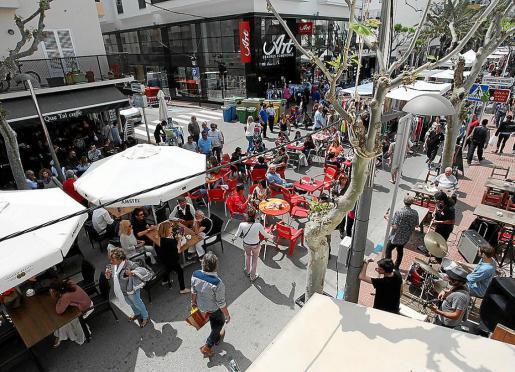 La calle de Sant Jaume de Santa Eulària registró un lleno total en esta nueva edición de la Fira de stocks. Foto: DANIEL ESPINOSA