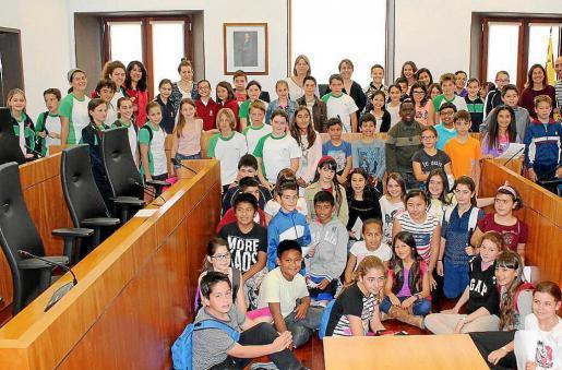 Los alumnos de 5º de primaria de Sa Graduada, Sa Real, Sa Blanca Dona, Poeta Villangómez y Mestral participaron ayer en el pleno infantil de Can Botino. Foto: AYUNTAMIENTO DE VILA