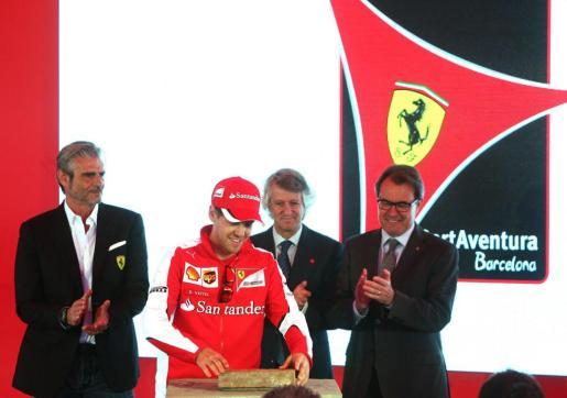 (De i a d) El presidente de Ferrari, Maurizio Arrivabene; el piloto alemán de Fórmula 1, Sebastian Vettel; el presidente de PortAventura Resort, Arturo Mas-Sardá; y el presidente de la Generalitat, Artur Mas, durante la colocación de la primera piedra del proyecto de Ferrari Land.
