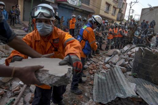Militares de Nepal, durante los trabajos de rescate de las víctimas.