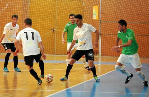 Una jugada de combinación entre Careca y Prado en un partido de tercera de la presente temporada.