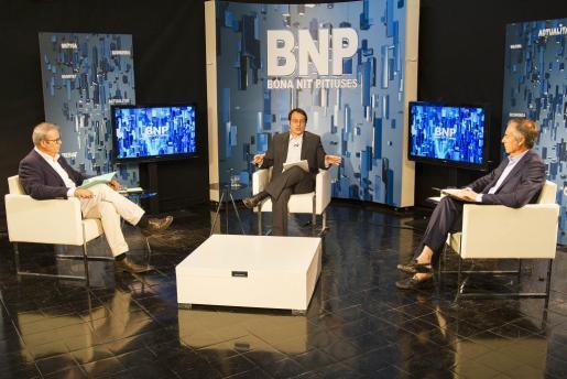 Vicent Torres y Vicent Serra en el plató del programa Bona Nit Pitiüses, dirigido por Vicent Tur.
