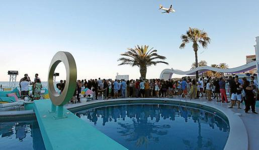 Los invitados fueron llegando escalonadamente. Foto: DANIEL ESPINOSA