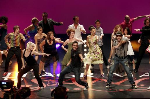 El reparto de actores y actrices de 'Llàgrima de sang' bailaron con los concursantes de 'Va de bot!' al empezar la espectacular gala del último capítulo de la temporada.