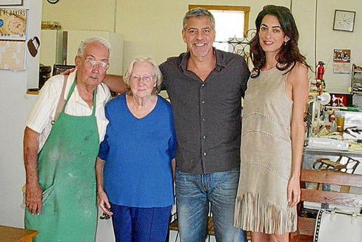 George y Amal Clooney, a la derecha, con unos aldeanos de Kentucky.