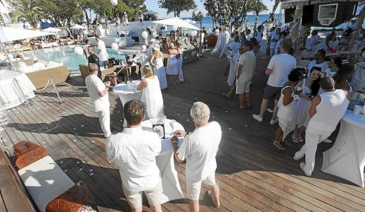 Las instalaciones de Nikki Beach se tiñeron de blanco para la fiesta que inaugura la temporada. Foto: DANIEL ESPINOSA