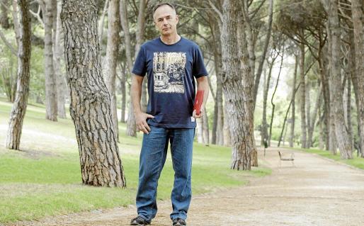 El coordinador del secretariado técnico de la Alianza Mar Blava posa para Periódico de Ibiza y Formentera en un parque de Madrid.