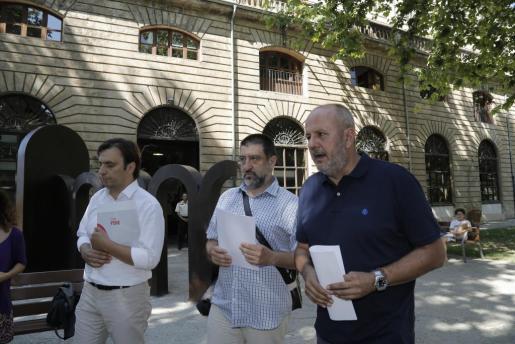Francesc Miralles, Jesús Jurado y Miquel Ensenyat, durante la presentación de su acuerdo.