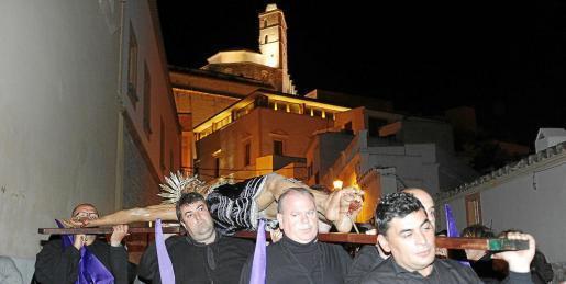 Imagen de una procesión con la imagen del Santísimo Cristo del Cementerio.