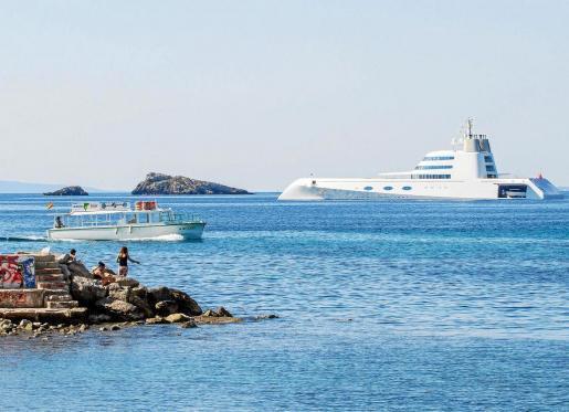 El imponente yate del propietario ruso fondeó a pocos metros de un party boat. Foto: TONI ESCOBAR