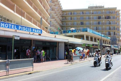 Imagen del hotel Piscis Park, donde se han producido ya varios incidentes por culpa del 'balconing'.