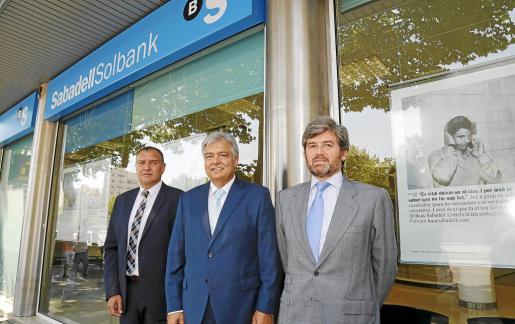 Tomeu Matemales, Pedro Ballester y José María Martín, en la sede central de Banco Sabadell en Balears.