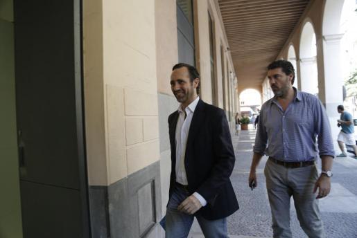 José Ramón Bauzá en el momento de entrar en la reunión.
