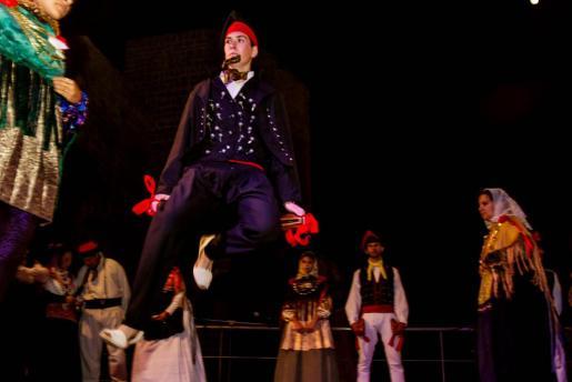 Un momento de la actuación de sa Colla de Vila en el Baluard de Sant Pere.