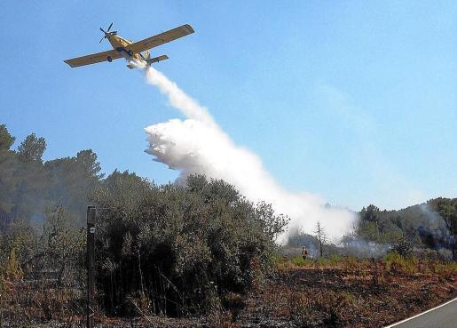 La avioneta del Ibanat realizando ayer una descarga de agua.