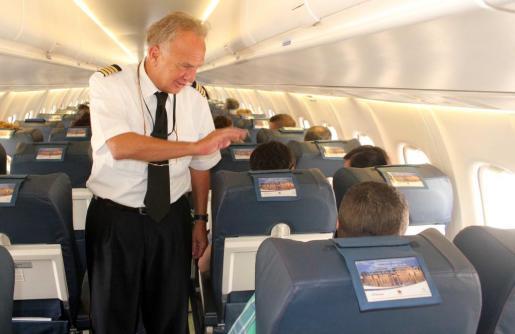 El comandante de Air Europa Emilio Marchesi saluda, como de costumbre, a todos los pasajeros de su vuelo.