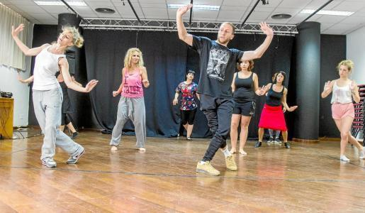Algunas candidatas siguen las instrucciones del coreógrafo Adrián Gas. Foto: TONI ESCOBAR