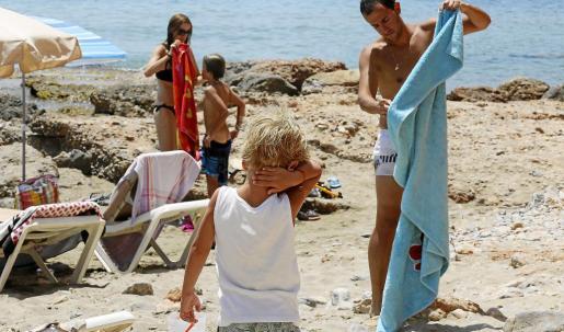 Los veraneantes tratan de combatir las altas temperaturas en un mes de julio más caluroso de lo habitual.