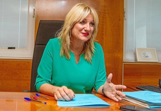 La consellera Marta Díaz en un momento de la entrevista, concedida en su despacho del Consell d'Eivissa.