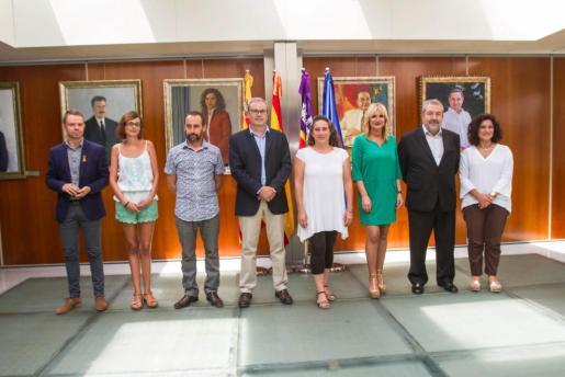 Los ocho consellers del nuevo equipo de gobierno, cuatro del PSOE y cuatro de Podemos-Guanyem, posaron ayer tras el nombramiento del conseller no electo David Ribas. El ejecutivo se completará con la incorporación la semana que viene de los siete directores insulares.