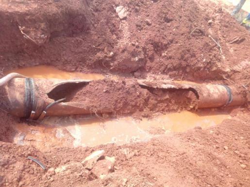 Un tramo de seis metros de esta tubería es lo que se rompió debido a su antigüedad. Durante todo el día de ayer no hubo suministro.
