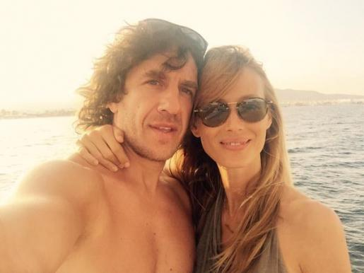 Carles Puyol y su novia, en una imagen que el propio futbolista ha subido a Twitter.