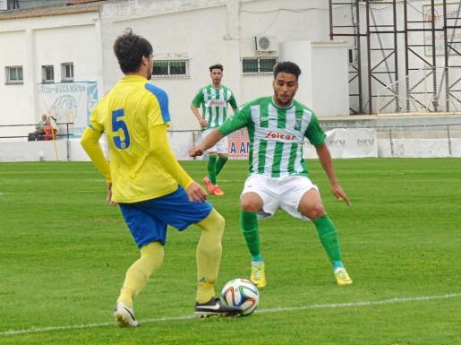 Cristian Terán presiona la salida de balón de un jugador del Coria durante un encuentro de la temporada anterior.