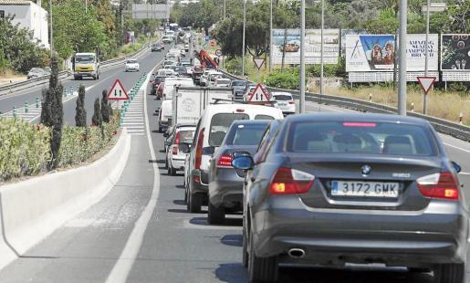 Los vehículos provocan importantes retenciones de tráfico en la carretera C-733 que enlaza Vila con Santa Eulària, sobre todo a la altura de Ca na Negreta y a la salida de Eivissa.